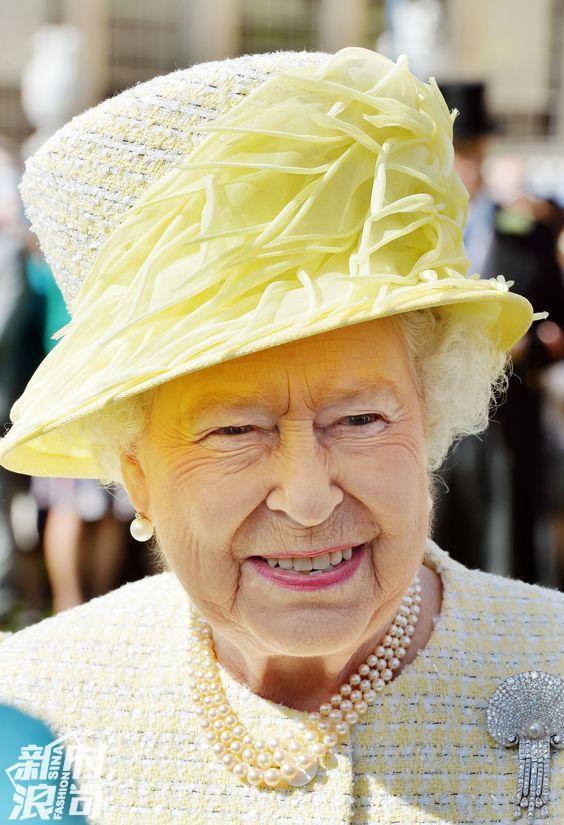 伊丽莎白女王穿浅黄色套装