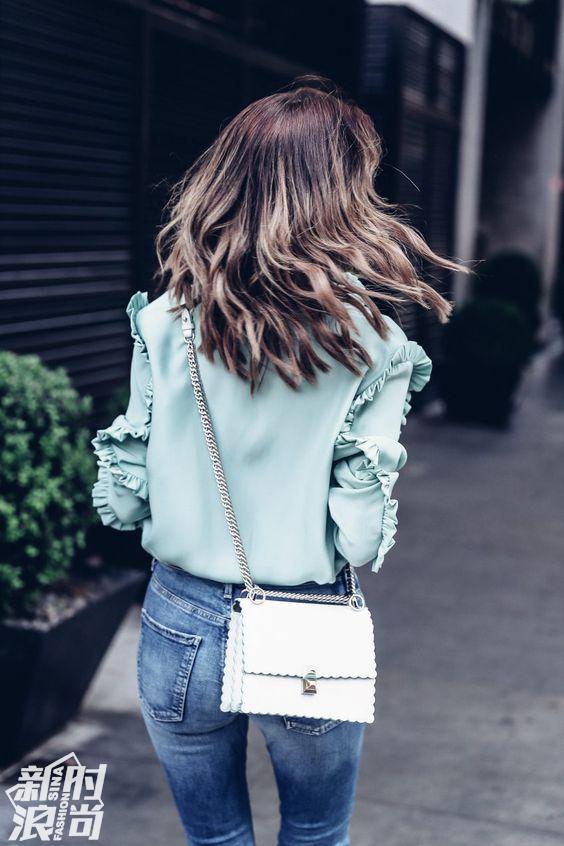 薄荷绿上衣配白色包包街拍