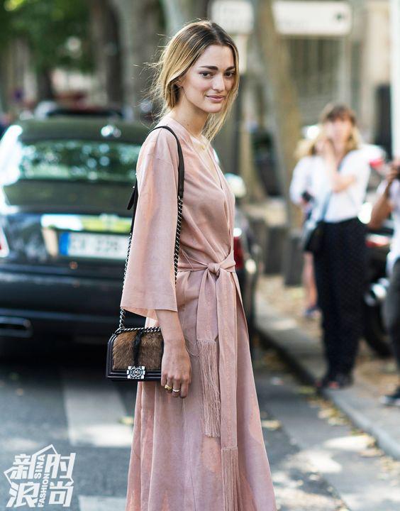 裸粉色街拍