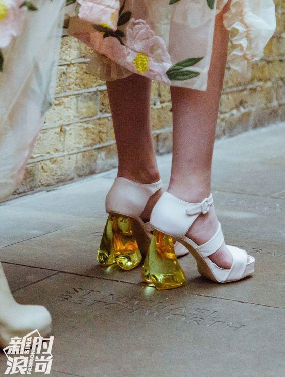 透明鞋跟的高跟鞋