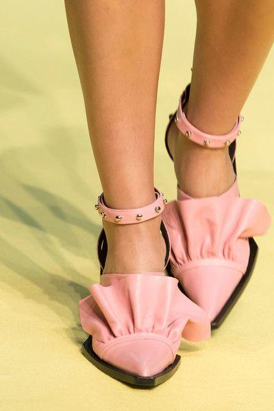 Marques Almeida设计的鞋子中加入荷叶边的元素