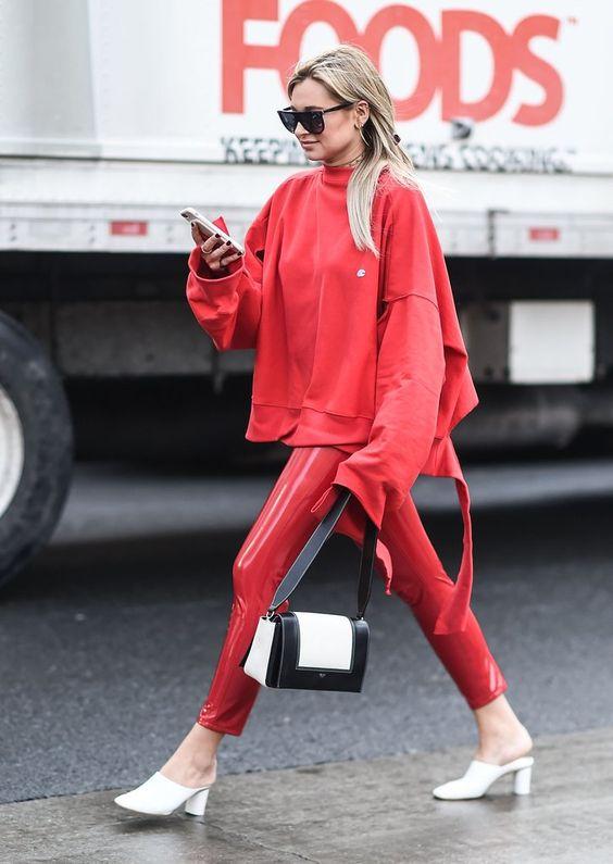 一身红装配白鞋