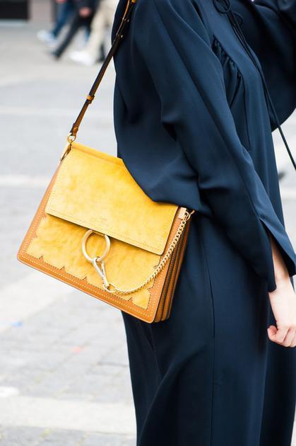 蓝色裙子配黄色包包