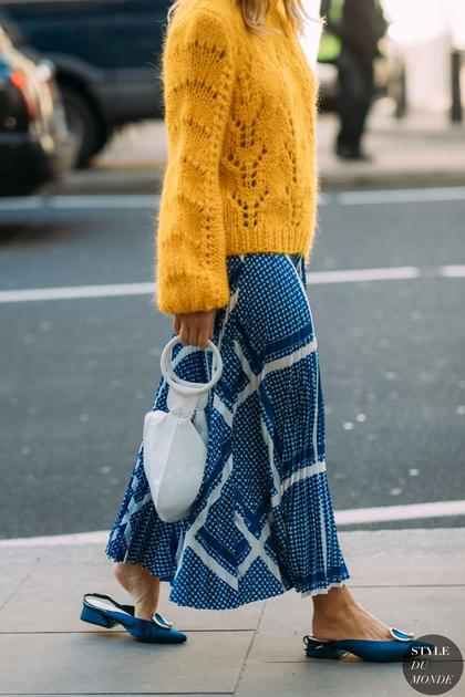 黄色毛衣配蓝色裙装
