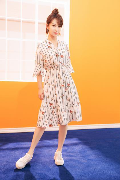 杨紫穿条纹印花连衣裙
