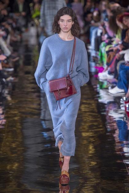 Stella McCartney秀場中的灰藍色系套裝