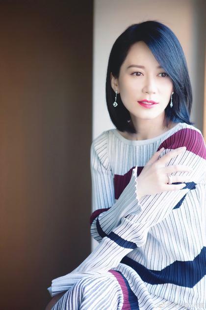 俞飞鸿穿条纹针织衫
