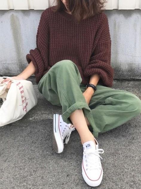 淺綠色褲子配棗紅色毛衣街拍