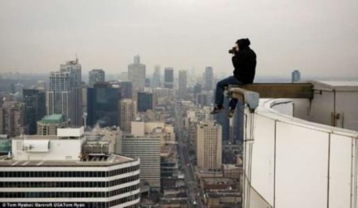 杭州1男子打跑老婆醉酒爬上18楼 民警苦劝2小时救下
