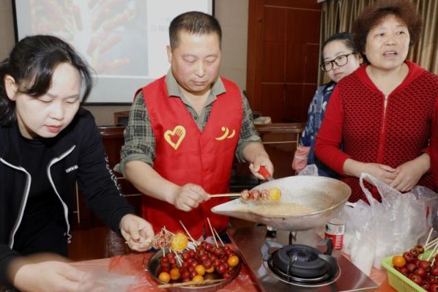 大榭海城社区居民DIY糖葫芦品美味