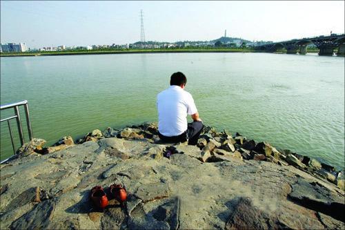 杭州1男子跳入钱塘江欲轻生 又报警说自己上不来
