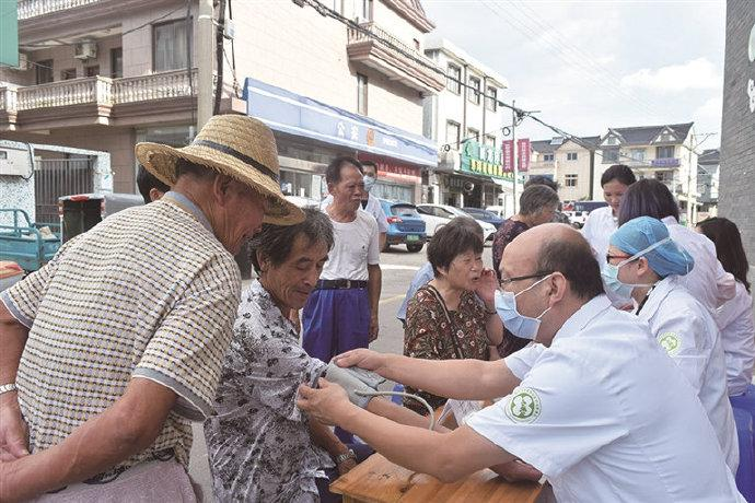 象山溪口村开展街头义诊活动 免费为村民提供服务