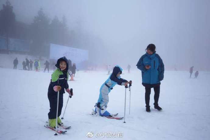 玩疯了 冰雪嘉年华昨天在奉化商量岗滑雪场启动