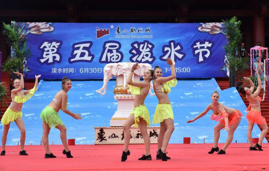 图为:宁波象山影视城泼水节期间,现场观看舞蹈表演。 何蒋勇 摄