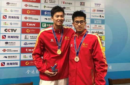 ▲去年全运会汪顺(左)和钱智勇携手登上领奖台