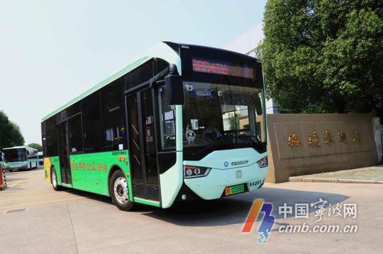 第一辆新车从公交骆驼中心站驶出