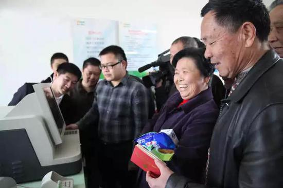 ▲2012年3月 鄞州银行首家村级便民金融服务点投入使用