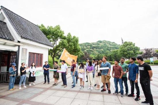 早上9点,大部队在招宝山景区集合完毕,小伙伴们就满心喜悦地出发了。