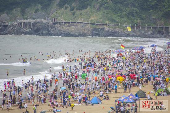 舟山海滨浴场开启下饺子模式 端午迎游客6.54万名