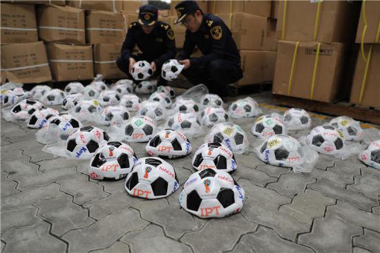 图为宁波海关查货侵权俄罗斯世界杯足球。赵翊凯 摄