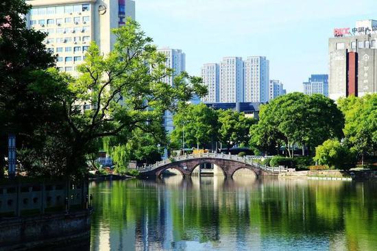 拥有一泓湖水对于一个城市来说是极其幸运的。