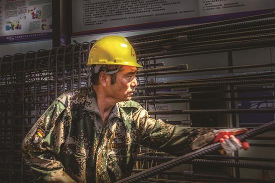 轻轨工地的工人蒋建国摄