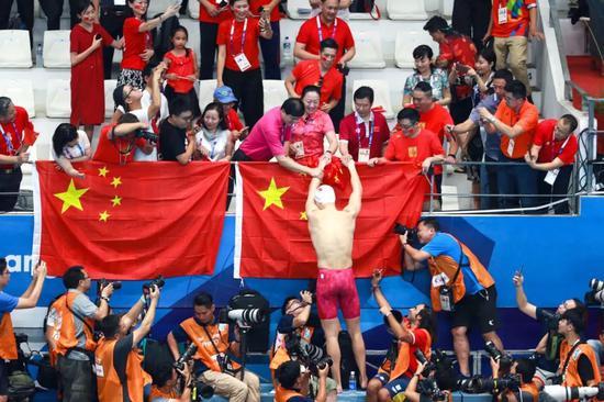 孙杨亚运夺冠国旗却突然掉落 他一个举动被网友暴赞