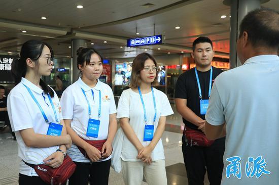 (志愿者们在宁波栎社国际机场实地踩点)