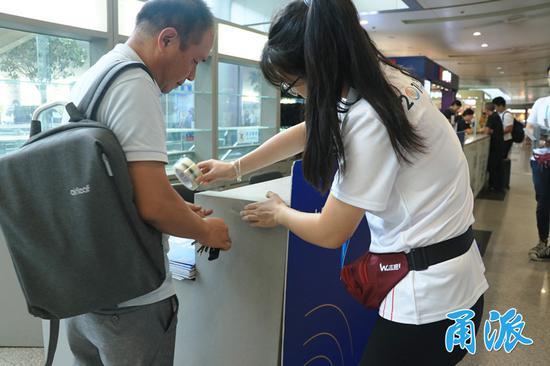 (昨天,志愿者们在宁波栎社国际机场布置服务点)