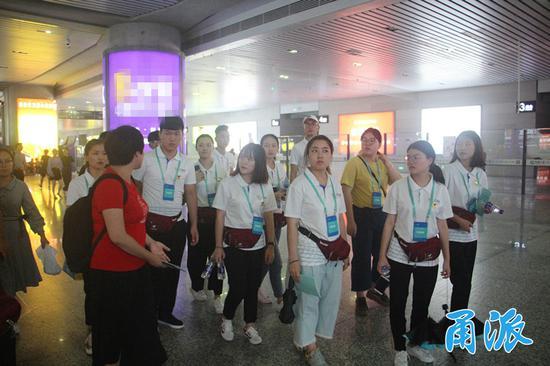 (昨天,志愿者们在宁波火车站实地踩点)