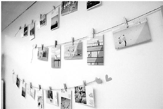 """②墙上挂着""""五美寝室""""住过的学姐照片。"""