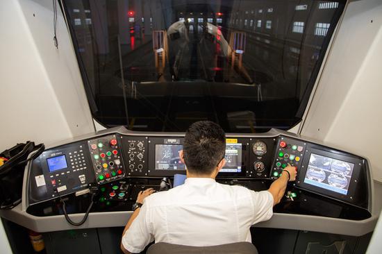 甬地铁司机讲述城市穿越:百米沉重车身负载无数可贵