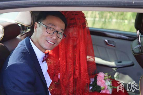 按照当地习俗,当日婚礼有一个环节,新郎找到婚鞋才能让新娘起身出嫁。