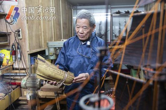 最初,陈昌华就是从塑料模型开始他的船模制作的