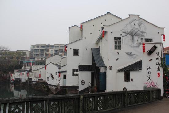 """图为""""梦枕江南·桥韵古今""""主题墙绘。"""