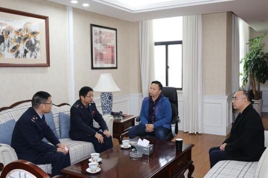 图为税务局走访辖区两会代表委员 江北区税务局供图