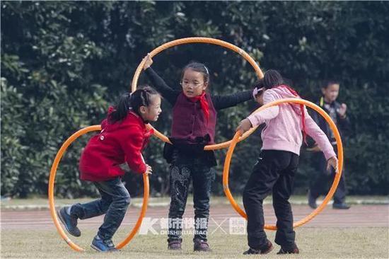 萧山区育才小学,体育课,玩呼啦圈的女生。首席记者 陈中秋 摄