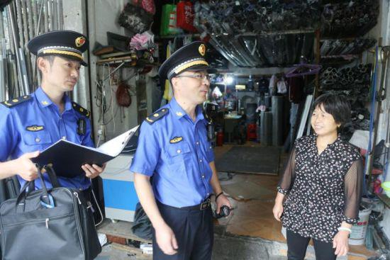 图为:宁波城管人员全力保障中高考。 郭腾达 摄