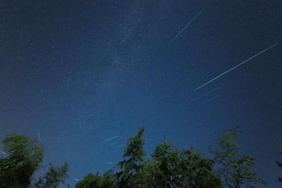 上图为宁波市天文协会张亮于2016年8月13日摄于余姚白鹿乡梁湖村仙草园农庄。