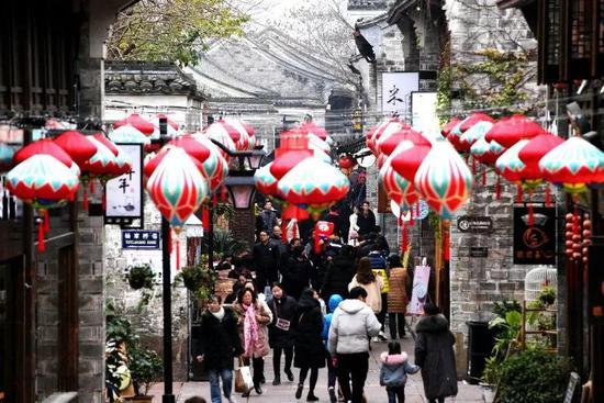 南塘老街的建筑以明清的江南民居风格为主。来这里,你就逛吃逛吃逛吃吃吃……