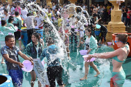 图为:泼水节现场美女与游客互泼。 何蒋勇 摄
