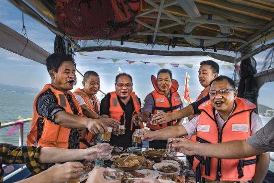 出海捕鱼过把渔家瘾 奉化莼湖滨海休闲游吸引万名游客