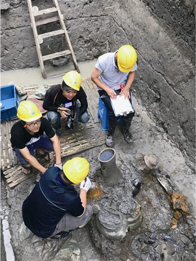 考古人员商讨文物提取考古队供图