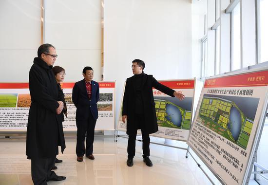 图为:正大农业科技(浙江)有限公司相关负责人介绍企业发展状况。 王刚 摄