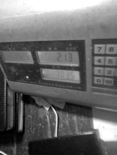记者买的白鲢,经营户的电子秤显示为30.35斤。