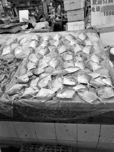 """菜市场里正在售卖的""""热气""""鲳鱼。记者 孙美星 摄"""