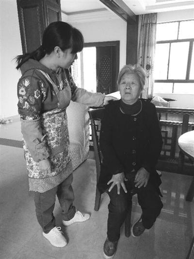 女儿王国萍关照母亲任秀月不要独自上山采药。通讯员朱志宁摄