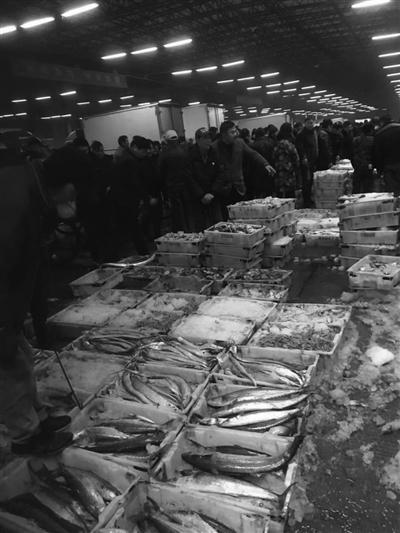 每个摊位上都摆满带鱼