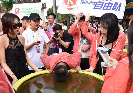 图为:现场游客正在参加憋水气拉力赛。 何蒋勇 摄