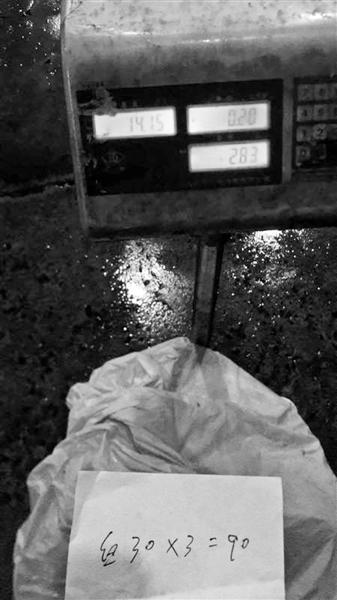 记者回家复秤,显示为28.3斤。